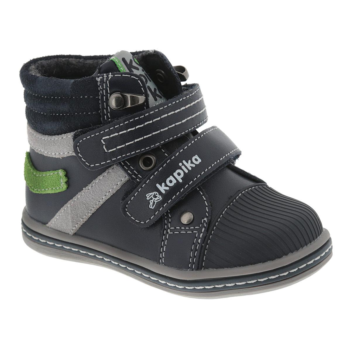 Ботинки для мальчика. 51089-151089-1Модные ботинки от Kapika приведут в восторг вашего мальчика! Модель выполнена из натуральной кожи с контрастными вставками из натуральной замши. Обувь оформлена декоративной прострочкой, на язычке - текстильной нашивкой с названием бренда. Два ремешка на застежках-липучках, расположенные поверх язычка изделия, надежно фиксируют ножку ребенка, не давая ей смещаться из стороны в сторону и назад. Прорезиненная вставка на мысе, оформленная фактурным тиснением, защищает детскую ножку от ударов. Мягкая подкладка и стелька, выполненные из текстиля с добавлением шерсти, согреют ножки вашего мальчика в холодную погоду. Подошва с рифлением защищает изделие от скольжения. Удобные ботинки - необходимая вещь в гардеробе каждого ребенка.