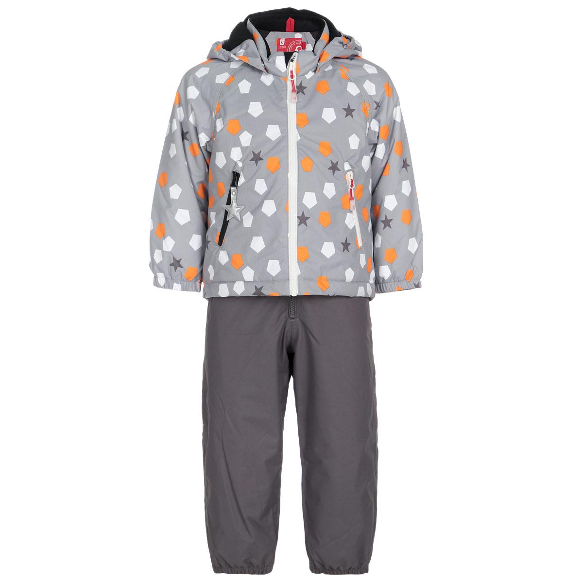 Комплект детский Kiddo Konane: куртка, полукомбинезон. 513078513078-6512Стильный детский комплект Reima Kiddo Konane, состоящий из куртки и полукомбинезона, идеально подойдет для ребенка в прохладную погоду. Комплект изготовлен из водоотталкивающей и ветрозащитной мембранной ткани. Материал отличается высокой устойчивостью к трению, благодаря специальной обработке полиуретаном поверхность изделий отталкивает грязь и воду, что облегчает поддержание аккуратного вида одежды, дышащее покрытие с изнаночной части не раздражает даже самую нежную и чувствительную кожу ребенка, обеспечивая ему наибольший комфорт. Куртка с удлиненной спинкой и капюшоном застегивается на пластиковую застежку-молнию с защитой подбородка, благодаря чему ее легко надевать и снимать, и дополнительно имеет внутреннюю ветрозащитную планку. Капюшон, присборенный по бокам, защитит нежные щечки от ветра, он пристегивается к куртке при помощи кнопок. Края рукавов дополнены эластичными манжетами, которые мягко обхватывают запястья. Мягкая подкладка на воротнике, капюшоне и манжетах...