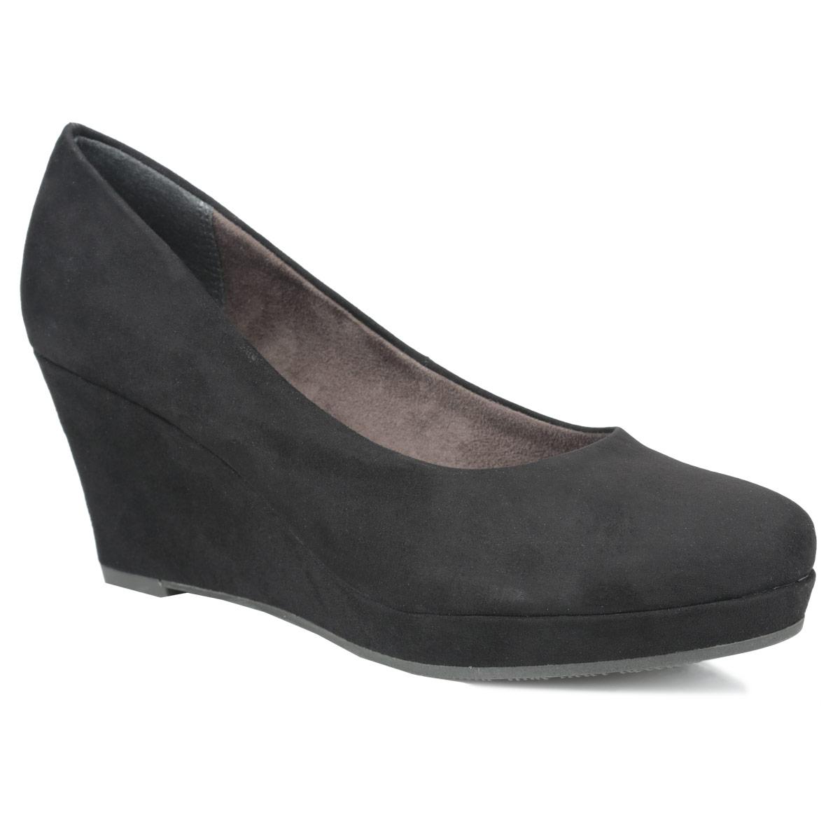Туфли женские. 1-1-22449-25-0011-1-22449-25-001Роскошные туфли от Tamaris - незаменимая вещь в гардеробе настоящей модницы. Модель на скрытой танкетке выполнена из искусственной замши. Мягкая стелька из натуральной кожи обеспечивает комфорт и удобство при ходьбе. Рифленая поверхность подошвы защищает изделие от скольжения. Трендовые туфли помогут вам создать яркий, запоминающийся образ.