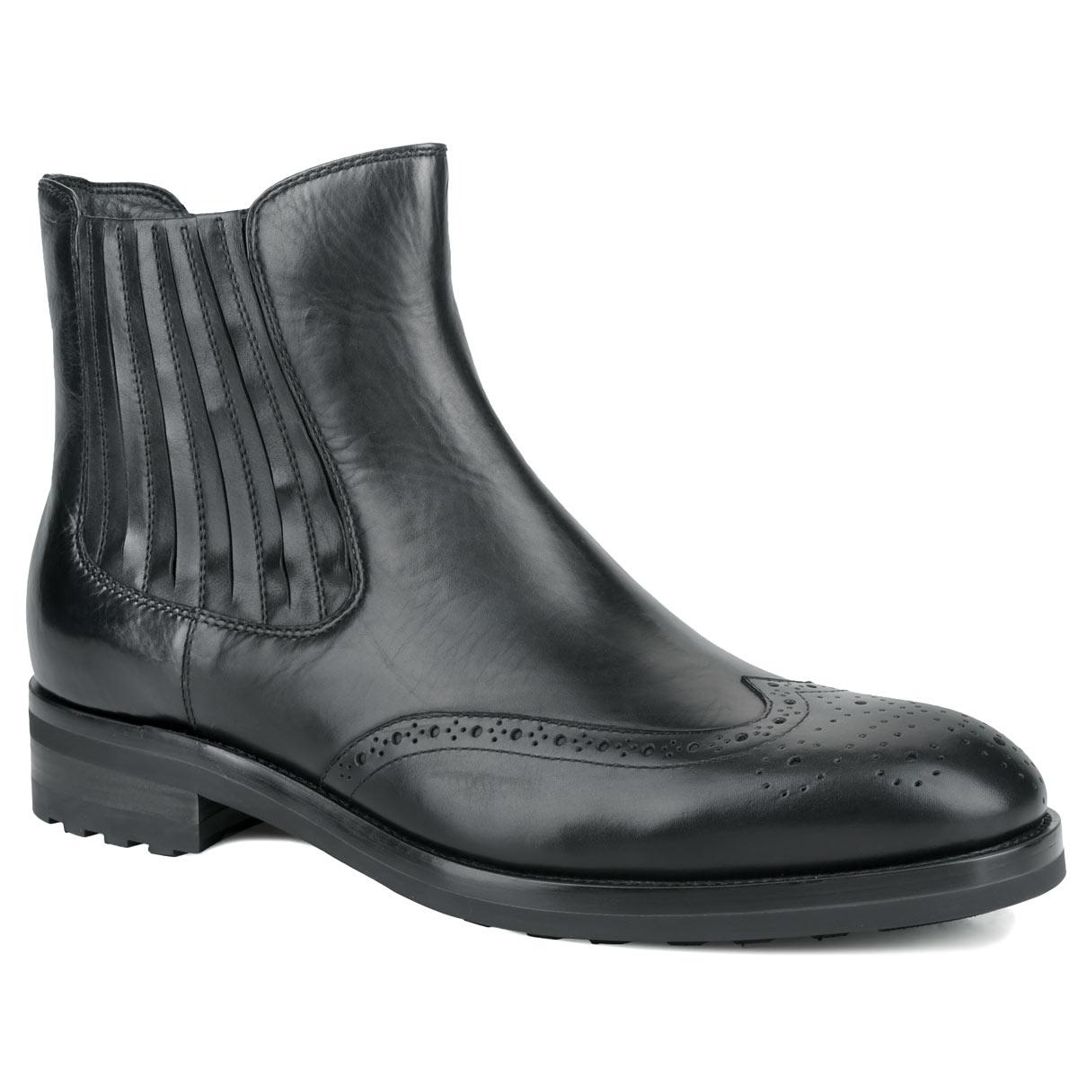 Ботинки мужские. M21270M21270Стильные ботинки от Vitacci, изготовленные из натуральной гладкой кожи, заинтересуют вас своим дизайном с первого взгляда! Подкладка и стелька - из ворсина, защитят ноги от холода и обеспечат комфорт. Мыс изделия декорирован ажурной перфорацией. Эластичная резинка украшает одну из боковых сторон. Ботинки застегиваются на застежку-молнию, расположенную сбоку. Гибкая резиновая подошва с оригинальным рифленым рисунком обеспечивает идеальное сцепление с разными поверхностями. Ультрамодные ботинки не оставят вас незамеченным!