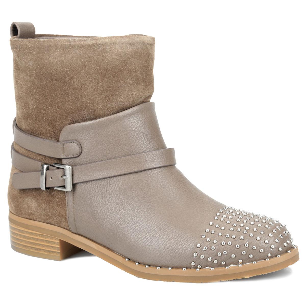 Y42-AY-03 CТрендовые ботинки в стиле рок от Yaro покорят вас своим дизайном с первого взгляда! Модель выполнена из искусственной кожи и оформлена крупной вставкой из спилока. Мыс ботинок и передняя часть подошвы декорированы металлическими бусинами. Тонкий ремешок с металлической пряжкой, пропущенный через шлевки на заднем ремне, украшает подъем изделия. Ботинки застегиваются при помощи застежки-молнии, расположенной на одной из боковых сторон. Подкладка и стелька из байки согреют ваши ноги в холодную погоду. Умеренной высоты каблук стилизован под дерево. Рифленая поверхность каблука и подошвы гарантирует отличное сцепление с любыми поверхностями. Эффектные ботинки подчеркнут ваш стиль и яркую индивидуальность. В них вы всегда будете чувствовать себя уютно и комфортно!