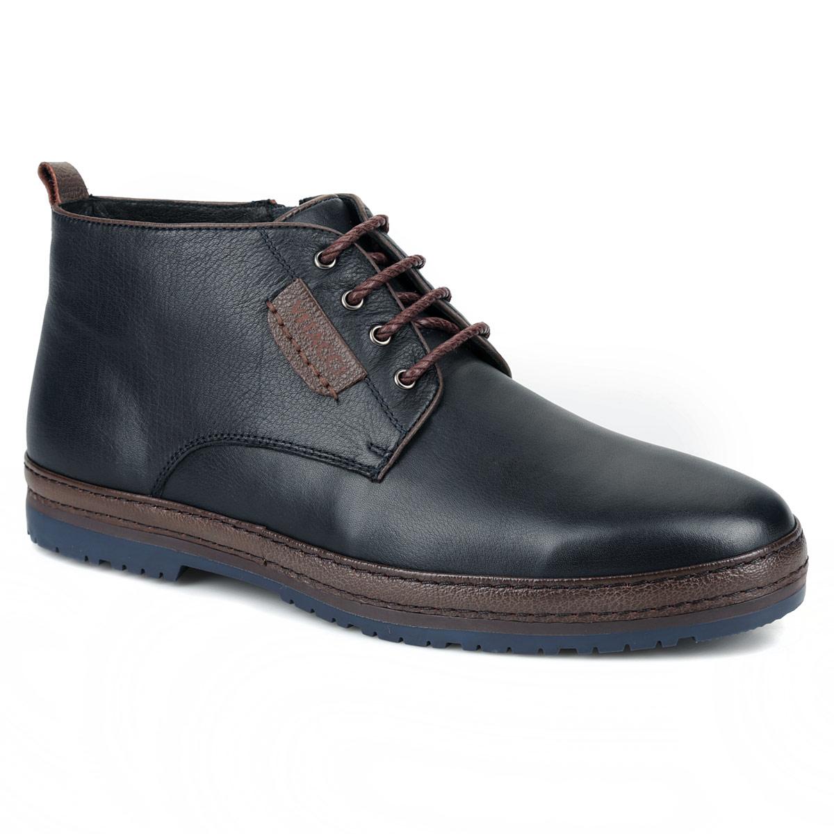Ботинки мужские. M21158M21158Оригинальные ботинки от Vitacci - отличный вариант на каждый день. Модель выполнена из натуральной кожи. Стелька и подкладка, выполненные из мягкого ворсина, защитят ноги от холода и обеспечат комфорт. Классическая шнуровка надежно фиксирует модель на ноге. Ботинки оформлены по контуру подошвы полоской из кожи контрастного цвета. Задник декорирован ярлычком и наружным ремнем контрастного цвета. Одна боковая часть оформлена небольшой вставкой из кожи с логотипом Vitacci. Ботинки застегиваются на застежку-молнию, расположенную сбоку. Подошва из резины с рельефным протектором обеспечивает отличное сцепление на любой поверхности. В этих ботинках вашим ногам будет комфортно и уютно. Они подчеркнут ваш стиль и индивидуальность.