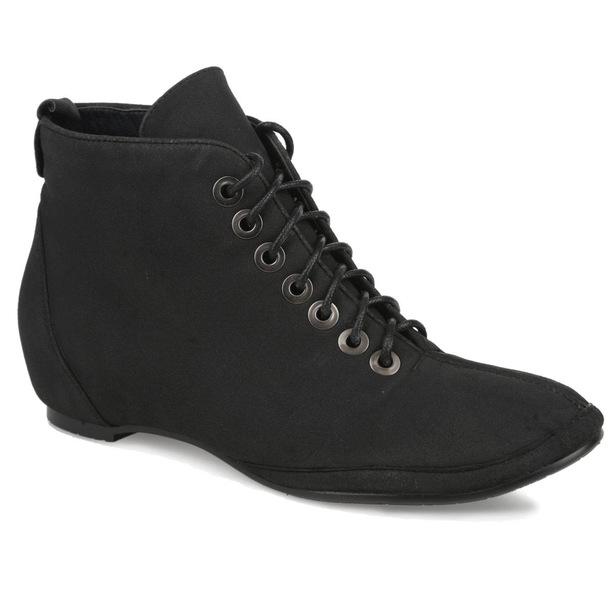 Ботинки женские. YA3-044-02 AX - YaroYA3-044-02 AXИзящные ботинки от Yaro прекрасно дополнят ваш модный образ. Модель выполнена из искусственного нубука и оформлена декоративным ремешком с металлической заклепкой на заднике. Прочная шнуровка надежно зафиксирует модель на вашей ноге. Ботинки застегиваются на застежку-молнию, расположенную на одной из боковых сторон. Мягкая подкладка и стелька из байки сохраняют тепло, обеспечивая максимальный комфорт при движении. Минимальной высоты каблук и подошва дополнены противоскользящим рифлением. В таких стильных ботинках вашим ногам будет комфортно и уютно!