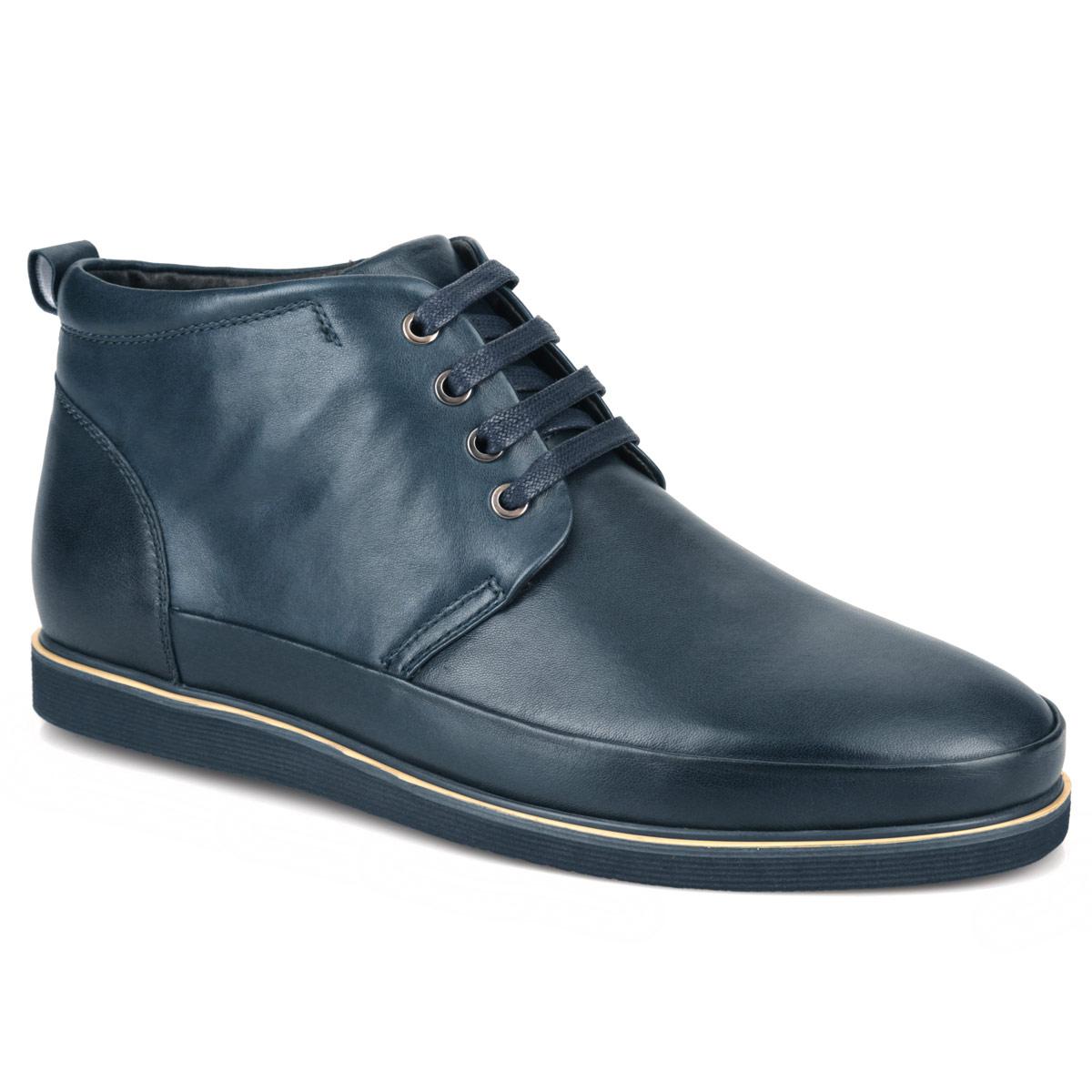 M21132Стильные мужские ботинки от Vitacci отличный вариант на каждый день. Модель выполнена из натуральной кожи. Подкладка из мягкого ворсина защитит ноги от холода и обеспечит комфорт. Классическая шнуровка надежно фиксирует модель на ноге. Задник изделия украшен наружным ярлычком. Ботинки застегиваются на молнию, расположенную на одной из боковых сторон.Подошва с логотипом Vitacci из термополиуретана с рельефным протектором обеспечивает отличное сцепление на любой поверхности. В этих ботинках вашим ногам будет комфортно и уютно. Они подчеркнут ваш стиль и индивидуальность.