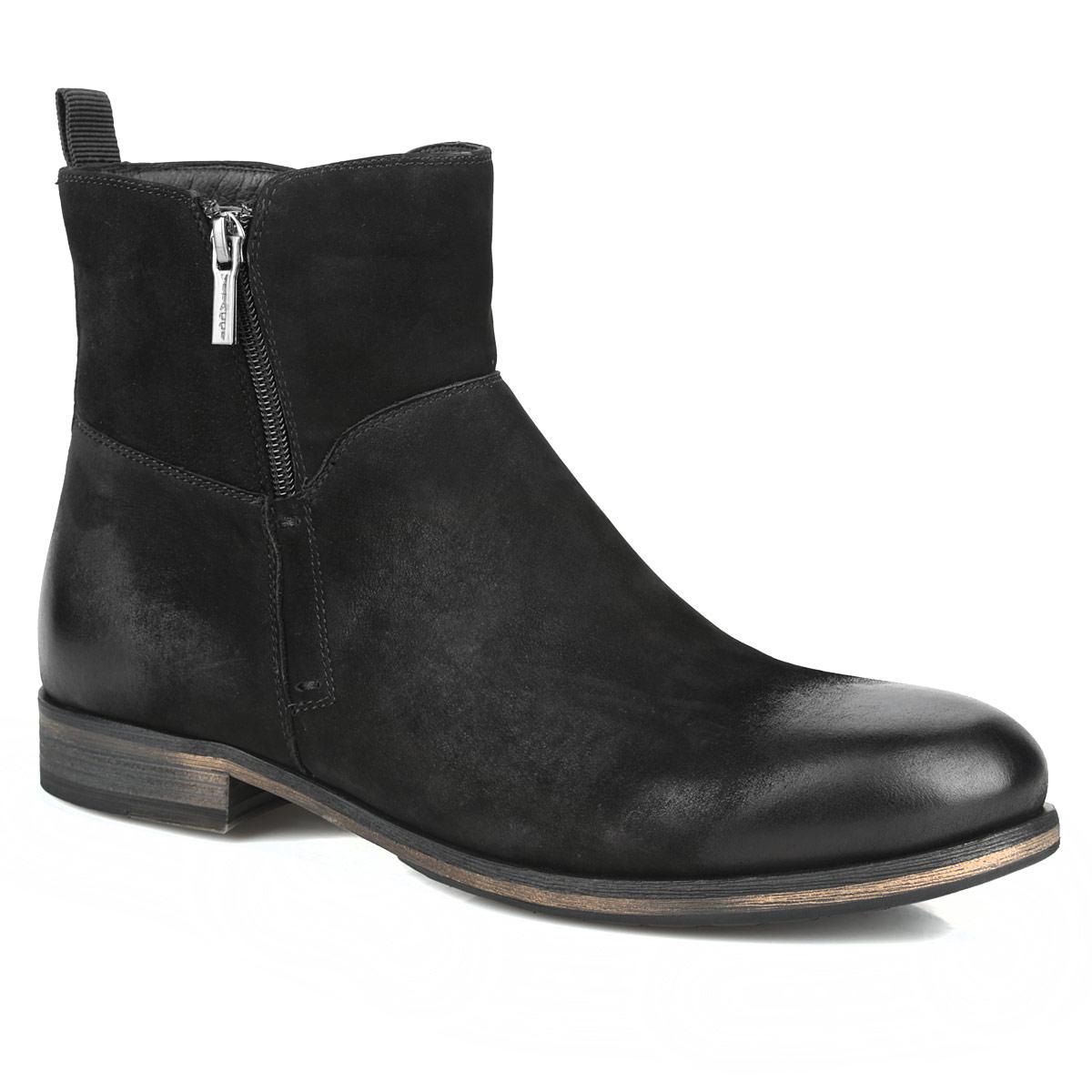 Ботинки мужские. M21274M21274Стильные мужские ботинки от Vitacci заинтересуют вас своим дизайном с первого взгляда! Модель выполнена из натурального нубука, плавно переходящего в гладкую кожу на мысе и заднике. Задник декорирован наружным ремнем и ярлычком. Подкладка и стелька, выполненные из мягкого ворсина, защитят ноги от холода и обеспечат комфорт. Сбоку изделие оформлено молнией. Ботинки застегиваются на застежку-молнию, расположенную сбоку. Подошва из резины с рельефным протектором обеспечивает отличное сцепление на любой поверхности. В этих ботинках вашим ногам будет комфортно и уютно. Они подчеркнут ваш стиль и индивидуальность.