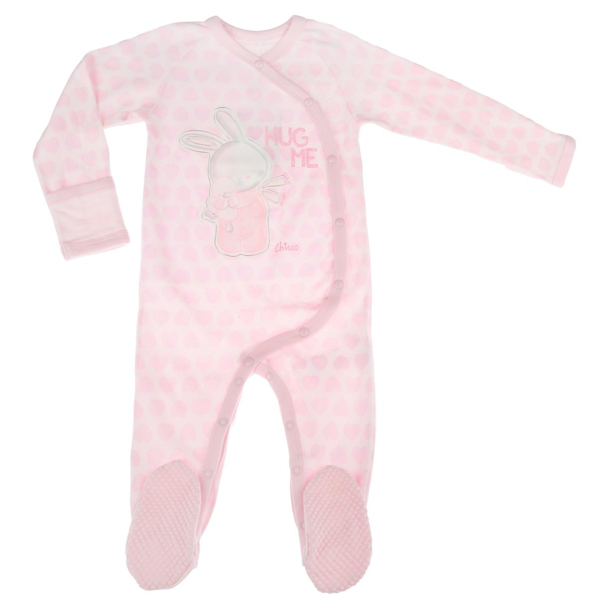 Комбинезон детский. 9020734090207340Очаровательный детский комбинезон Chicco - очень удобный и практичный вид одежды для малышей. Изготовленный из натурального хлопка, он необычайно мягкий и приятный на ощупь, не раздражает нежную кожу ребенка и хорошо вентилируется, а эластичные швы приятны телу ребенка и не препятствуют его движениям. Комбинезон с длинными рукавами, V-образным вырезом горловины и закрытыми ножками застегивается спереди на металлические кнопки по левому боку, также имеются кнопки на ластовице, что помогает с легкостью переодеть ребенка или сменить подгузник. Рукава дополнены специальными отворотами. Пяточки присборены на тонкие эластичные резинки. На стопах имеется прорезиненный рисунок, предотвращающий скольжение. Оформлен комбинезон ненавязчивым принтом по всей поверхности, а также очаровательной аппликацией. С этим детским комбинезоном спинка и ножки вашего ребенка всегда будут в тепле. Комбинезон полностью соответствует особенностям жизни младенца в ранний период, не стесняя и не...
