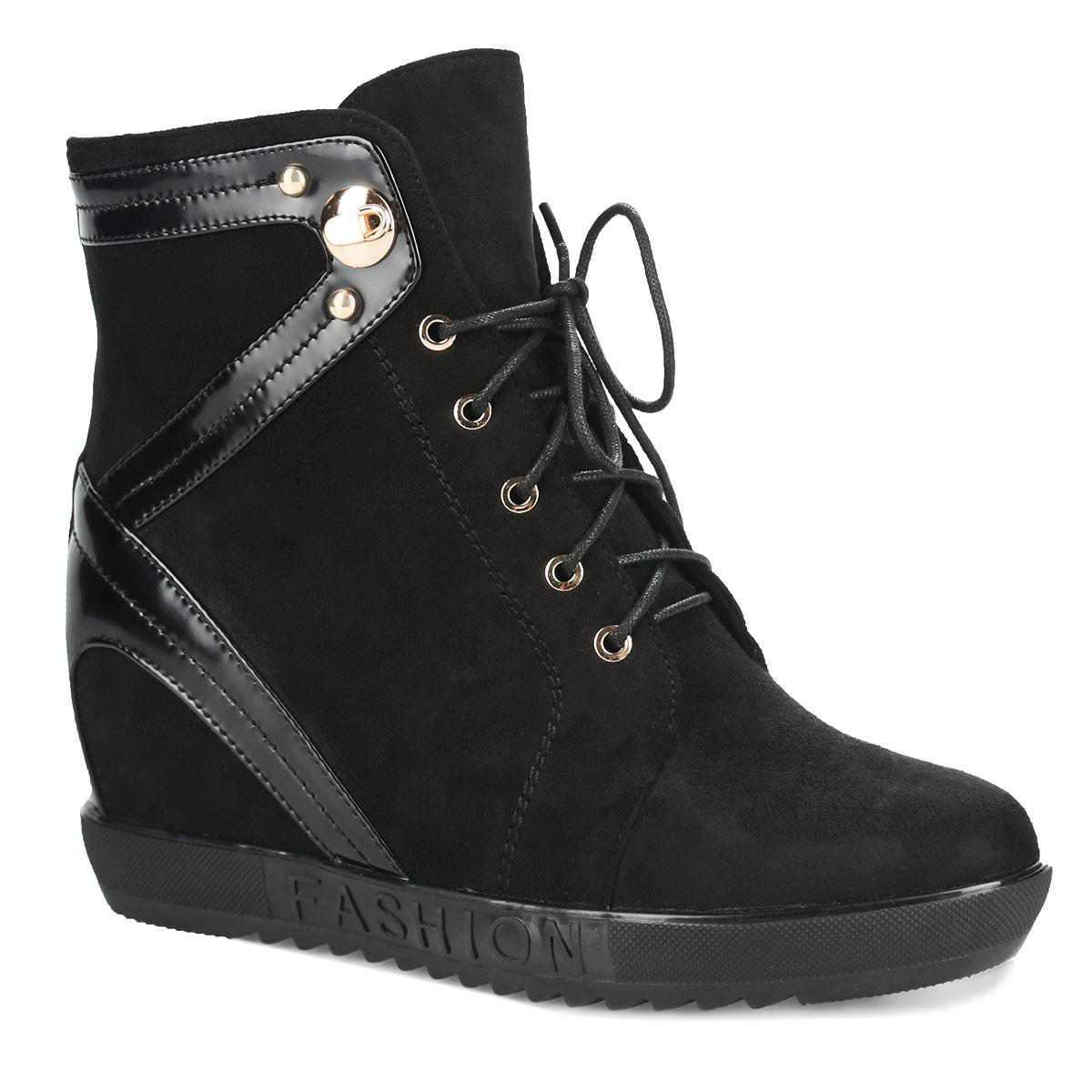 60204-01-1ABУльтрамодные ботильоны от Inario - основа гардероба каждой женщины. Модель изготовлена из качественного текстиля со вставками из искусственного лака. Обувь оформлена задним наружным ремнем, на подошве - надписью Fashion, на берцах - металлическими заклепками. Ботильоны застегиваются на боковую застежку-молнию. Шнуровка надежно зафиксирует обувь на ноге. Мягкая подкладка и стелька, выполненные из байки, невероятно комфортны при ходьбе. Умеренной высоты скрытая танкетка устойчива. Подошва с протектором гарантирует идеальное сцепление с любой поверхностью. Удобные ботильоны займут достойное место среди вашей коллекции обуви.