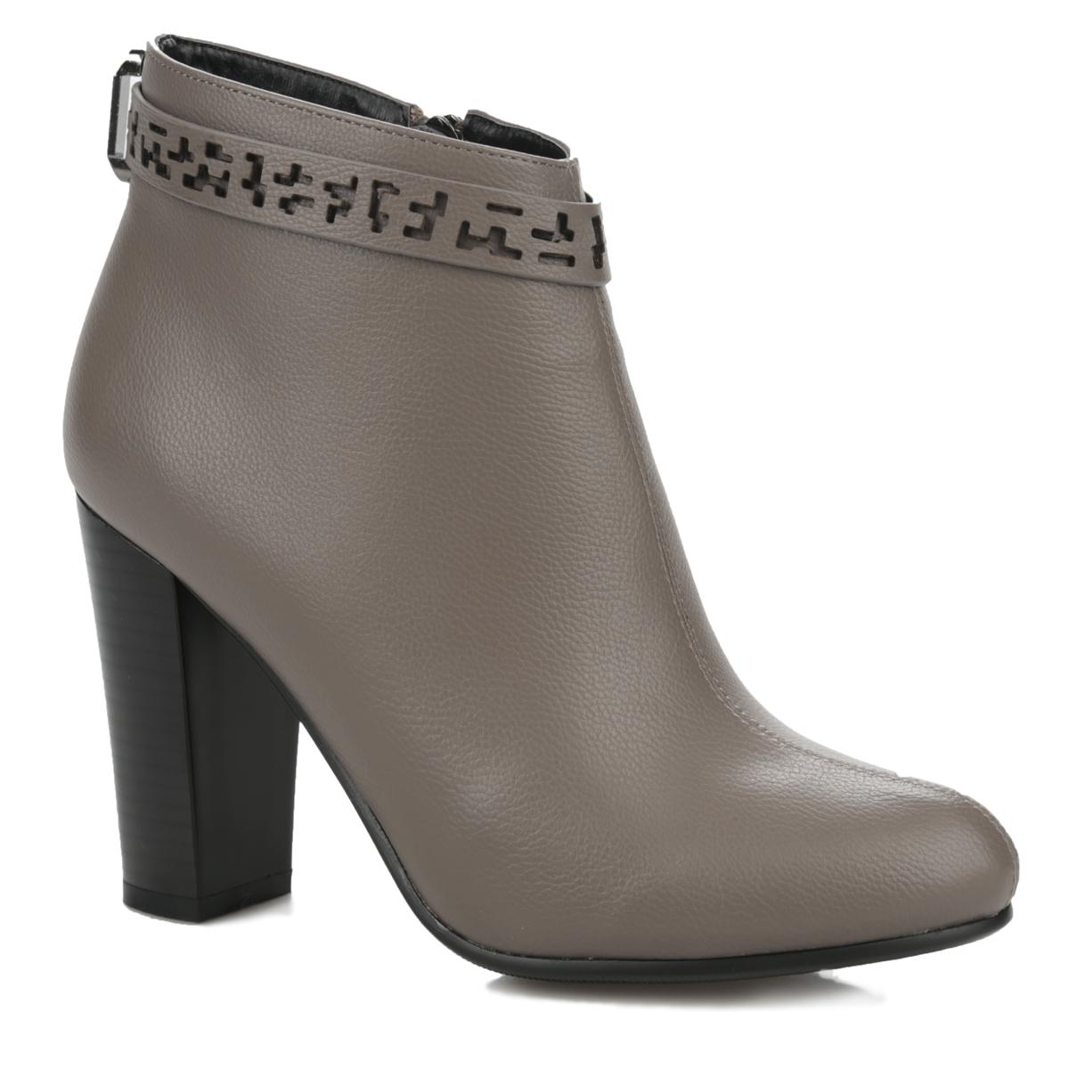 Ботильоны. 76I-E6M-AA476I-E6M-AA4-0113Модные ботильоны от MakFine займут достойное место среди вашей коллекции обуви. Модель изготовлена из мягкой искусственной кожи с зернистой фактурой. Верх обуви опоясывает декоративный ремешок, пропущенный через металлическую фурнитуру. Ремешок оформлен оригинальным перфорированным узором. Ботильоны застегиваются на удобную застежку- молнию, расположенную на одной из боковых сторон. Мягкая стелька комфортна при движении. Широкий высокий каблук устойчив. Подошва с рифлением защищает изделие от скольжения. Стильные ботильоны - незаменимая вещь в гардеробе каждой женщины.