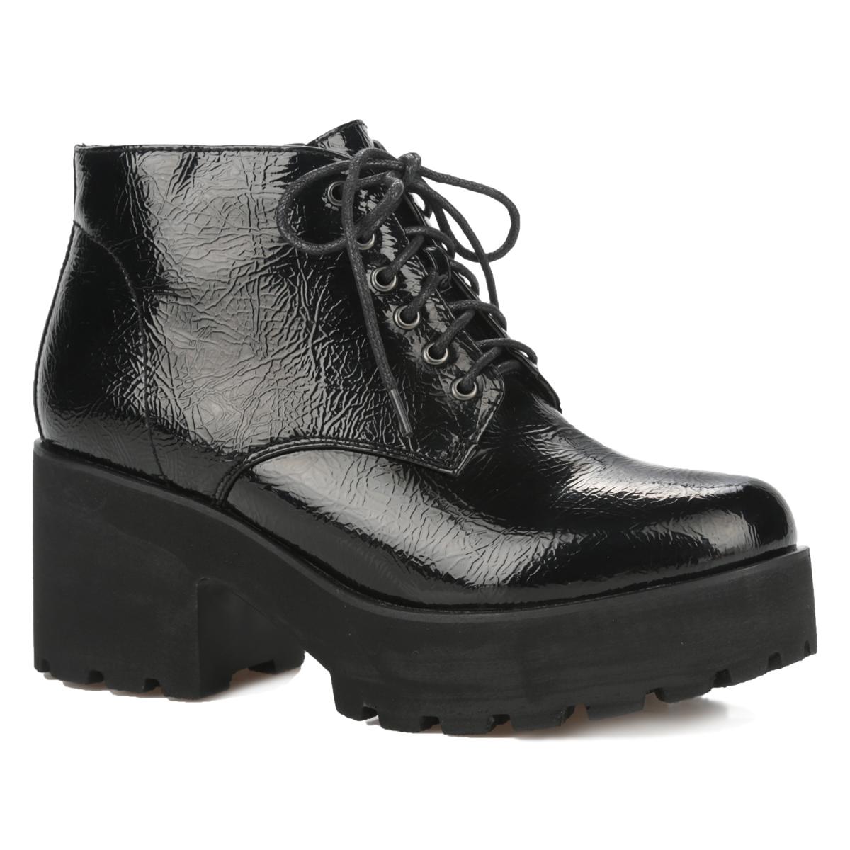 Ботинки женские. 06-10-01A06-10-01AТрендовые женские ботинки от Makfly не оставят равнодушной настоящую модницу! Модель изготовлена из искусственного лака с фактурным тиснением и оформлена задним наружным ремнем. Ботинки застегиваются на удобную застежку-молнию, расположенную на боковой стороне. Шнуровка позволит оптимально зафиксировать обувь на вашей ноге. Подкладка и стелька выполнены из байки. Каблук и подошва с рифленым протектором обеспечивают идеальное сцепление с любой поверхностью. Ультрамодные ботинки помогут вам создать запоминающийся образ и подчеркнут вашу индивидуальность.