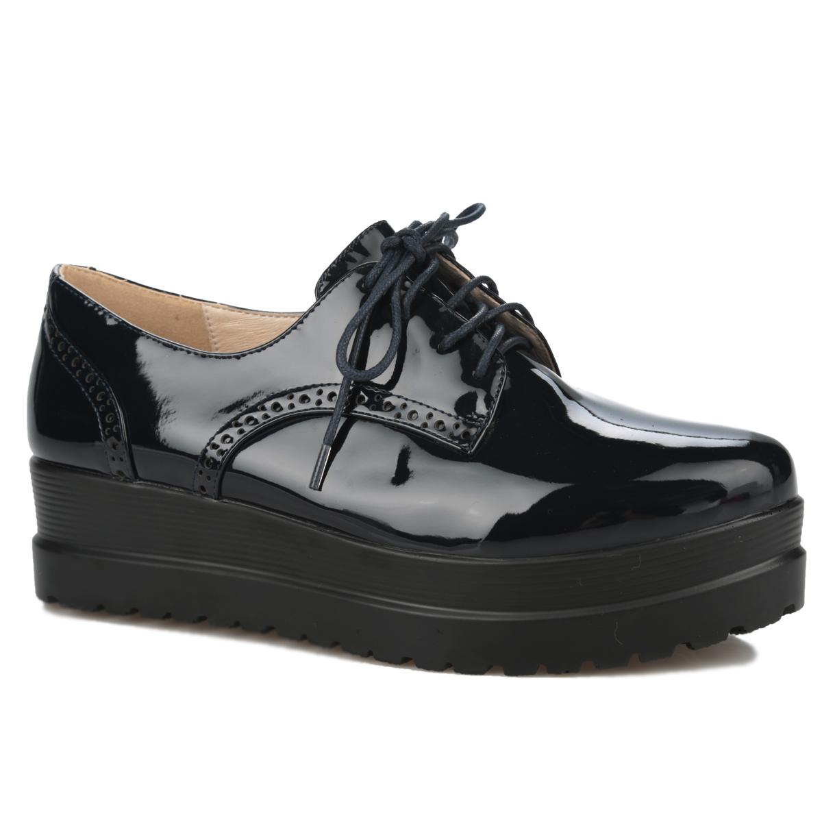 Полуботинки женские. 06-11-0106-11-01AУльтрамодные женские полуботинки от Makfly внесут изюминку в ваш образ. Модель изготовлена из искусственного лака и оформлена декоративной перфорацией. Классическая шнуровка прочно зафиксирует обувь на вашей ноге. Стелька из натуральной кожи позволяет ногам дышать. Изюминка модели - платформа с протектором, который обеспечивает отличное сцепление с любыми поверхностями. Удобные полуботинки - незаменимая вещь в гардеробе истинной модницы.