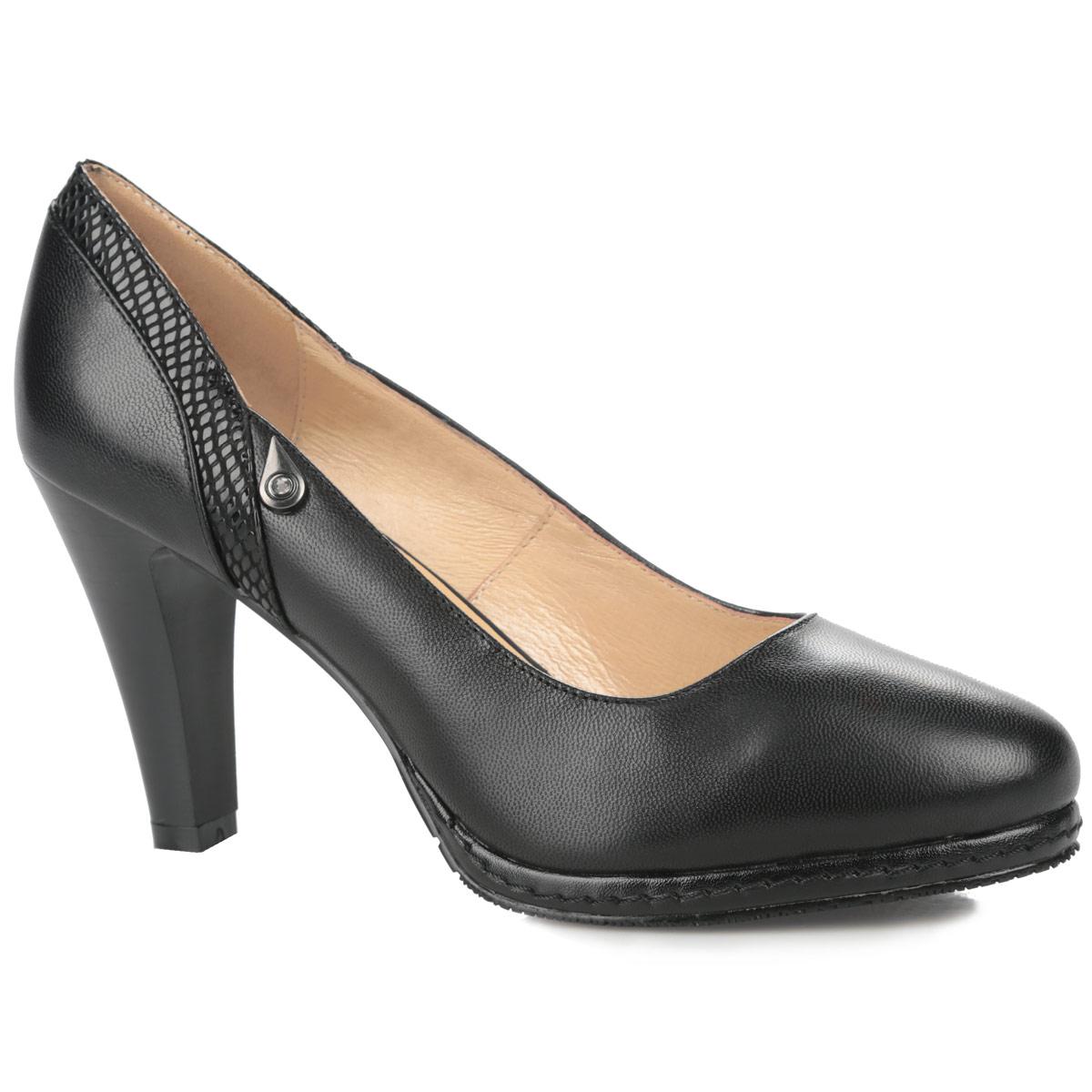Туфли женские. 47-42-05AMK47-42-05AMKОригинальные женские туфли в классическом стиле от MakFine заинтересуют вас своим дизайном. Модель выполнена натуральной кожи. Внутренняя отделка и стелька из мягкой натуральной кожи, оформленная логотипом бренда, обеспечивают максимальный комфорт при движении. Задник украшен вставкой из лаковой кожи с декоративным тиснением под рептилию и небольшим металлическим элементом в виде капельки со стразом. Умеренной высоты каблук устойчив. Подошва из резины с рельефным протектором обеспечивает отличное сцепление на любой поверхности. Эти туфли подчеркнут ваш стиль и индивидуальность.