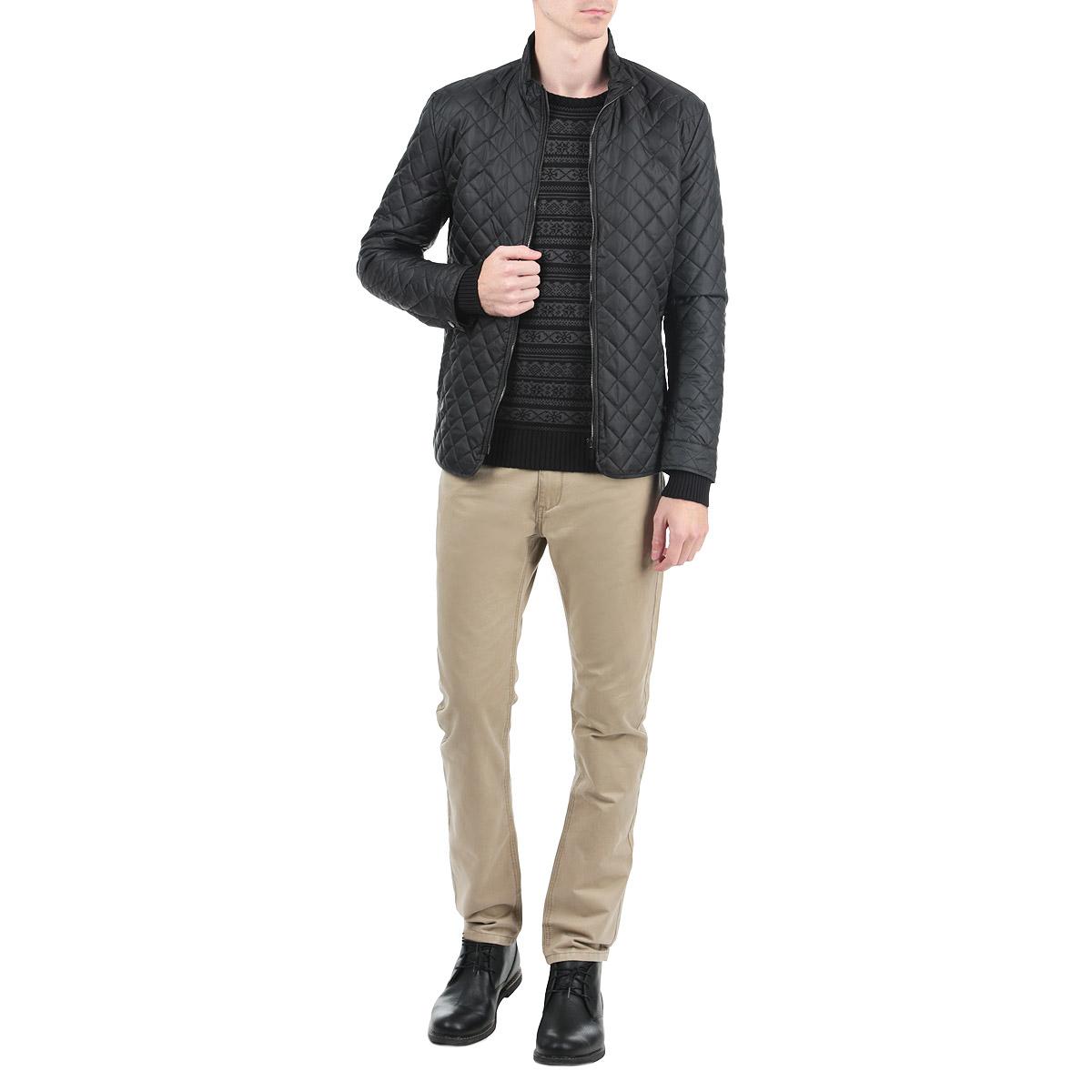 Куртка мужская. SKU0609CASKU0609CAСтильная и легкая мужская куртка Top Secret отлично подойдет для прохладной погоды. Модель прямого кроя с воротником-стойкой оформлена стеганой отстрочкой и застегивается на застежку-молнию. На лицевой стороне куртка дополнена двумя прорезными карманами. Эта модная куртка послужит отличным дополнением к вашему гардеробу.