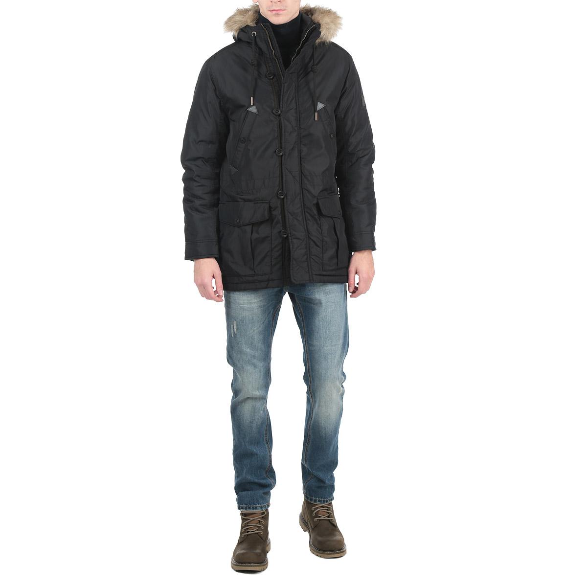 Куртка мужская. 3522248.00.123522248.00.12Стильная удлиненная мужская куртка Tom Tailor Denim выполнена из высококачественного плотного материала, рассчитана на холодную погоду. Она поможет вам почувствовать себя максимально комфортно. Модель с длинными рукавами и капюшоном на кулиске застегивается на застежку-молнию и дополнительно ветрозащитным клапаном на пуговицах. Манжеты изделия зафиксированы хлястиками на кнопках. Капюшон дополнен искусственным мехом, который при желании можно отстегнуть. Модель дополнена двумя нашивными и двумя прорезными карманами на металлических кнопках. Эта модная куртка послужит отличным дополнением к вашему гардеробу.
