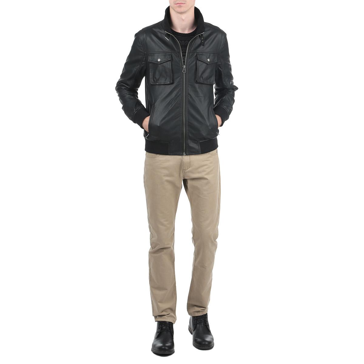 10153074_999Стильная мужская куртка Broadway выполнена из высококачественной искусственной матовой кожи с подкладкой из полиэстера и рассчитана на прохладную погоду. Куртка поможет вам почувствовать себя максимально комфортно и стильно. Модель с длинными рукавами и воротником-стойкой застегивается на металлическую застежку-молнию. Манжеты и воротник изделия дополнены текстильными вставками. Куртка дополнена двумя втачными карманами на застежке молнии и двумя нашивными карманами на металлических кнопках. На внутренней стороне изделия расположен прорезной карман на липучке. Модный дизайн и практичность - отличный выбор на каждый день!