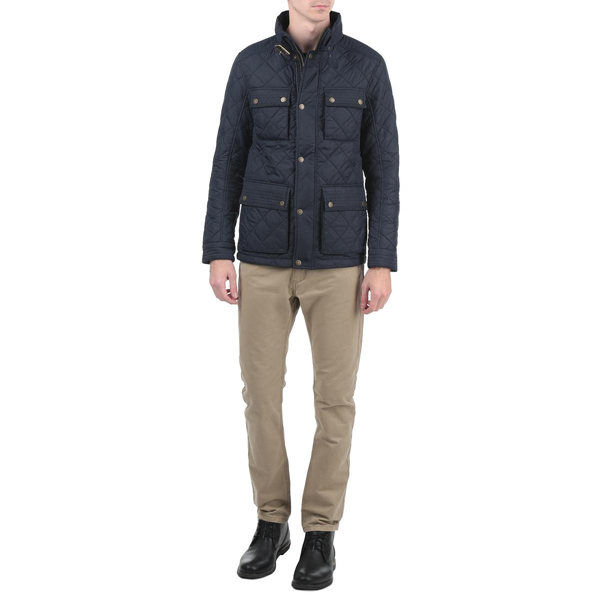 Куртка мужская. 3522267.00.103522267.00.10Стильная и легкая мужская куртка Tom Tailor отлично подойдет для прохладной погоды. Модель прямого кроя с воротником-стойкой застегивается на застежку-молнию с защитой подбородка и дополнительно ветрозащитным клапаном на металлические кнопки. Куртка оформлена стеганой отстрочкой и дополнена четырьмя карманами на кнопках. На внутренней стороне - накладной карман на липучке. Воротник изделия дополнен ремешком на пряжке, манжеты рукавов застегиваются на кнопки. Утеплитель выполнен из синтепона. Эта модная куртка послужит отличным дополнением к вашему гардеробу.