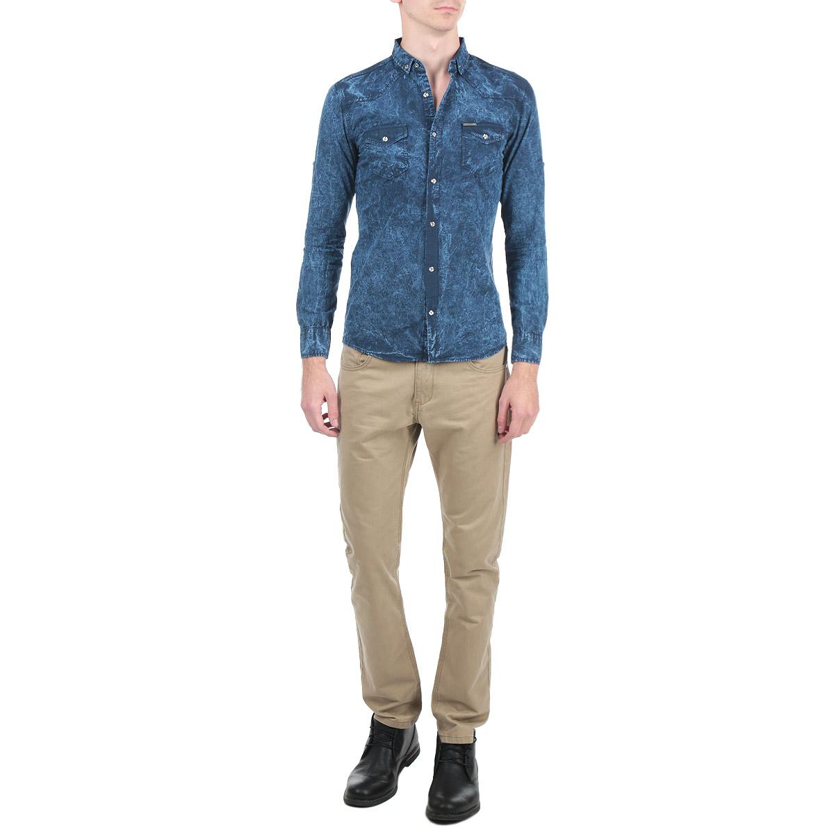 Рубашка1022_24Мужская рубашка Rodney, выполненная из высококачественного 100% хлопка, обладает высокой теплопроводностью, воздухопроницаемостью и гигроскопичностью, позволяет коже дышать, тем самым обеспечивая наибольший комфорт при носке. Модель прямого кроя с отложным воротником, длинными рукавами и полукруглым низом застегивается на пуговицы. Рубашка оформлена оригинальным принтом и на груди дополнена накладными карманами с клапанами на пуговицах. Рукава при желании можно подвернуть до локтя и зафиксировать при помощи хлястиков на пуговицах. Такая рубашка подчеркнет ваш вкус и поможет создать великолепный стильный образ.
