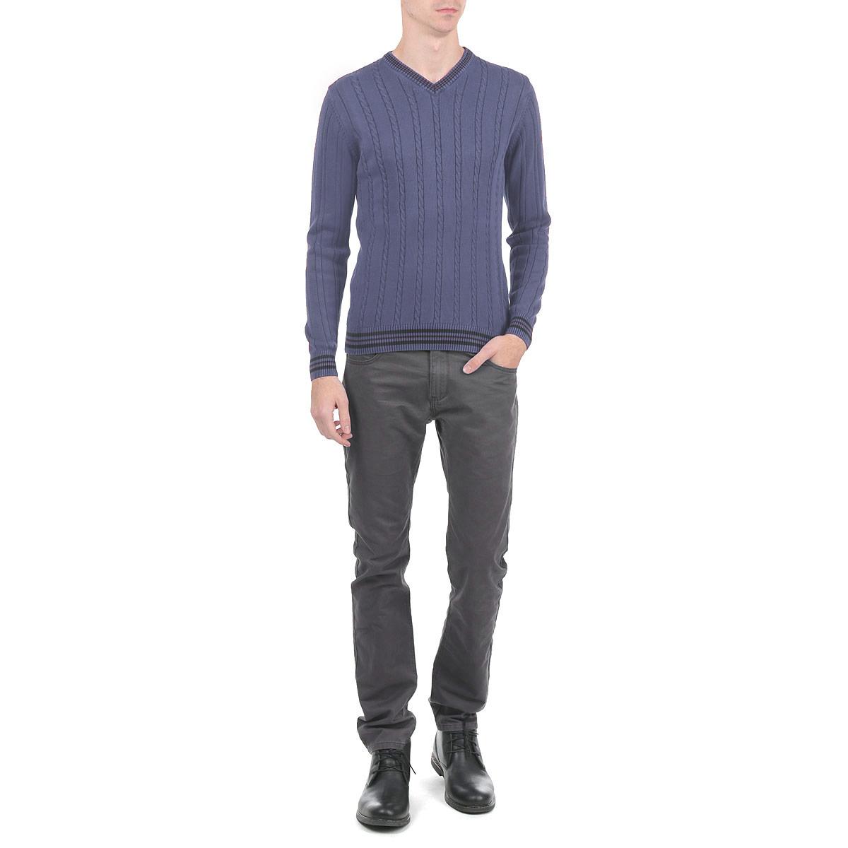Свитер мужской. 410008-3 - Dekato410008-3 _13Мужской свитер Dekato, изготовленный из высококачественной пряжи, мягкий и приятный на ощупь, не сковывает движений и обеспечивает наибольший комфорт. Модель мелкой фактурной вязки с V-образным воротником зрительно удлиняет шею, а также делает владельца свитерастройнее. Идеален для ношения с галстуком. Манжеты рукавов, низ и воротник свитера дополнены эластичными резинками. Лицевая сторона оформлена косичками. Такой замечательный свитер - базовая вещь в гардеробе современного мужчины, желающего выглядеть элегантно каждый день!