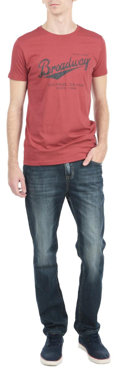 Футболка мужская. 1015226210152262_388Стильная мужская футболка Broadway, выполненная из высококачественного трикотажного материала, обладает высокой воздухопроницаемостью и гигроскопичностью, позволяет коже дышать. Модель с короткими рукавами и круглым вырезом горловины спереди оформлена принтовыми надписями. Эта футболка - идеальный вариант для создания эффектного образа.