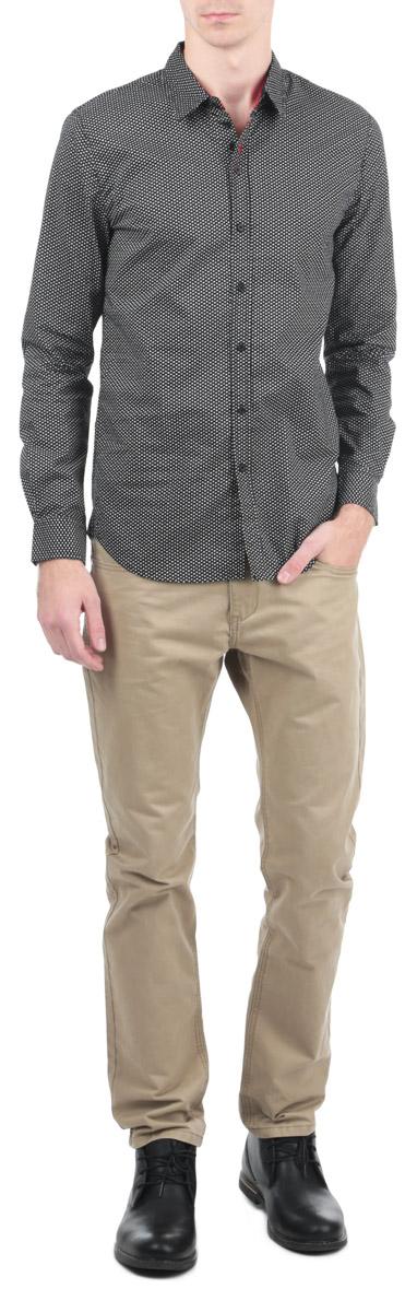 Рубашка мужская. M1318.58M1318.58Стильная рубашка Conver с длинными рукавами, отложным воротником и застежкой на пуговицы приятная на ощупь, не сковывает движения, обеспечивая наибольший комфорт. Рубашка, выполненная из хлопка, обладает высокой воздухопроницаемостью и гигроскопичностью, позволяет коже дышать, тем самым обеспечивая наибольший комфорт при носке даже самым жарким летом. Модель оформлена оригинальным принтом в виде звездочек белого цвета. Эта модная и удобная рубашка послужит замечательным дополнением к вашему гардеробу.