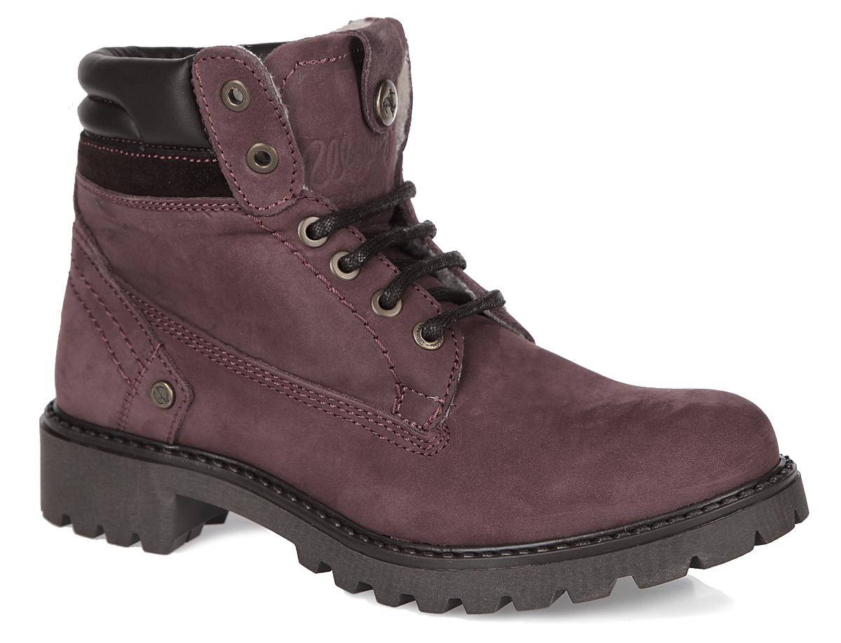 Ботинки женские Creek Fur. WL142500/FWL142500/F-24Удобные женские ботинки Creek Fur от Wrangler прекрасно подойдут для повседневного использования. Модель выполнена из натурального нубука и декорирована фирменным тиснением на заднике и язычке. Шнуровка идеально зафиксирует обувь на вашей ноге. Подкладка и стелька из искусственного меха сохранят ваши ноги в тепле. Каблук и подошва с протектором гарантируют устойчивость на любой поверхности. В этих ботинках вашим ногам будет комфортно и уютно. Они подчеркнут ваш стиль и индивидуальность.