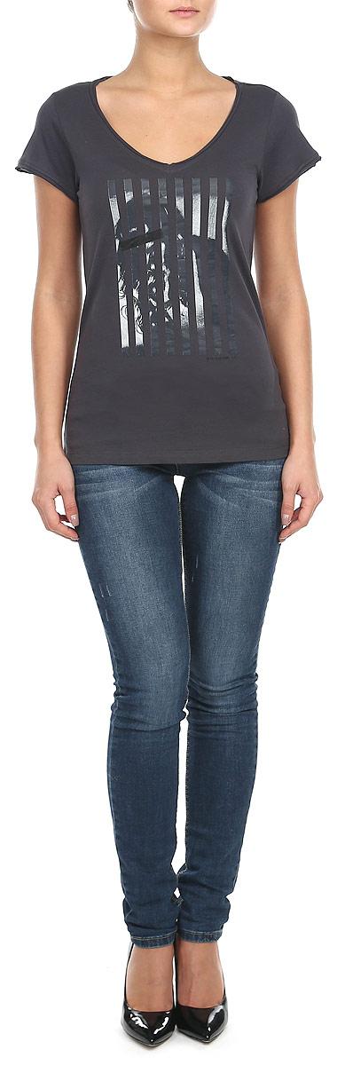 60101940_36DМодная женская футболка Broadway, выполненная из натурального хлопка, прекрасно подойдет для повседневной носки. Материал очень мягкий и приятный на ощупь, не сковывает движения и позволяет коже дышать. Футболка слегка приталенного кроя с короткими рукавами имеет V-образный вырез горловины. Рукава изделия и вырез горловины дополнены двойной оборкой с необработанными краями. Футболка оформлена оригинальным принтовым рисунком и надписью. Такая модель будет дарить вам комфорт в течение всего дня и станет стильным дополнением к вашему гардеробу.