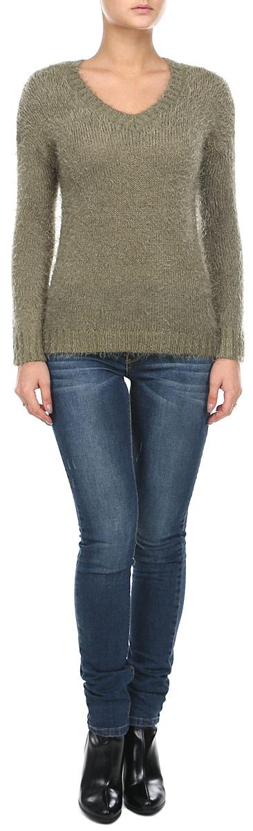 60102016 035Потрясающий женский пуловер Broadway, изготовленный из акрила, невероятно мягкий и приятный на ощупь, станет любимым элементом вашего гардероба. Пуловер с длинными втачными рукавами и V-образным вырезом горловины оформлен мягкими ворсинками. Лицевая и тыльная стороны различны по длине. Горловина, низ и манжеты рукавов выполнены в виде вертикальных полос из жемчужной вязки, что делает резинку очень прочной. Такой джемпер - настоящее воплощение комфорта. В нем вы будете чувствовать себя уютно в прохладное время года.