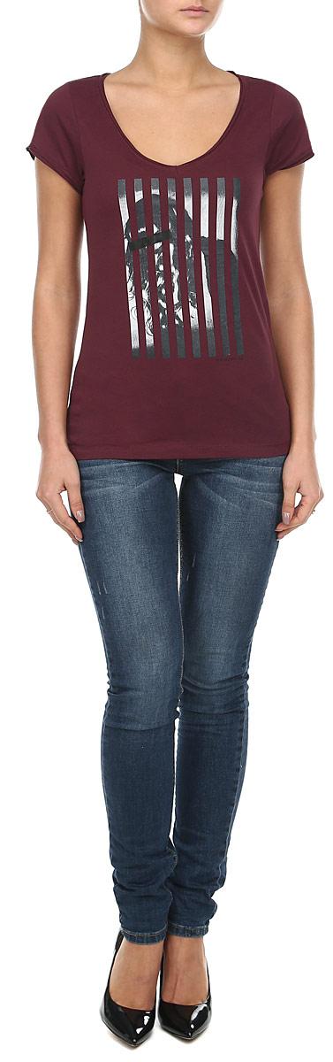 Футболка женская. 6010194060101940_36DМодная женская футболка Broadway, выполненная из натурального хлопка, прекрасно подойдет для повседневной носки. Материал очень мягкий и приятный на ощупь, не сковывает движения и позволяет коже дышать. Футболка слегка приталенного кроя с короткими рукавами имеет V-образный вырез горловины. Рукава изделия и вырез горловины дополнены двойной оборкой с необработанными краями. Футболка оформлена оригинальным принтовым рисунком и надписью. Такая модель будет дарить вам комфорт в течение всего дня и станет стильным дополнением к вашему гардеробу.