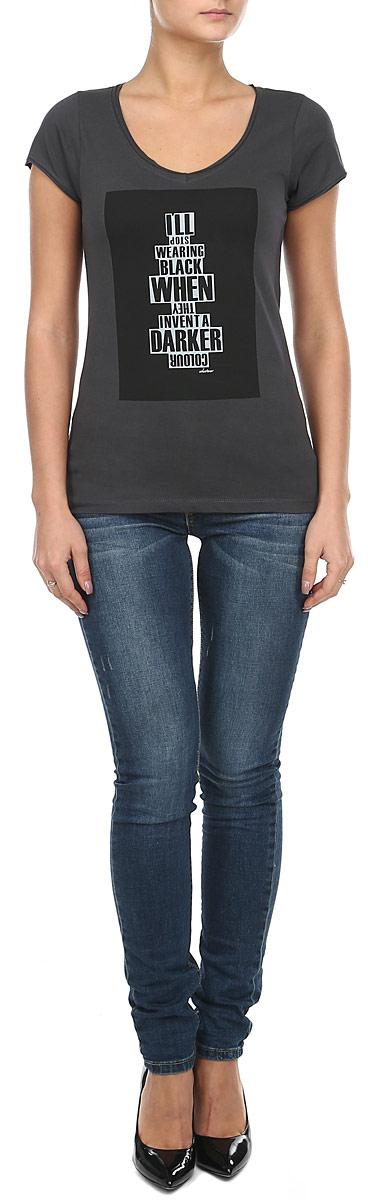 60101940_85BМодная женская футболка Broadway, выполненная из натурального хлопка, прекрасно подойдет для повседневной носки. Материал очень мягкий и приятный на ощупь, не сковывает движения и позволяет коже дышать. Футболка слегка приталенного кроя с короткими рукавами имеет V-образный вырез горловины. Рукава изделия и вырез горловины дополнены двойной оборкой с необработанными краями. Футболка оформлена оригинальным принтом с надписями. Такая модель будет дарить вам комфорт в течение всего дня и станет стильным дополнением к вашему гардеробу.