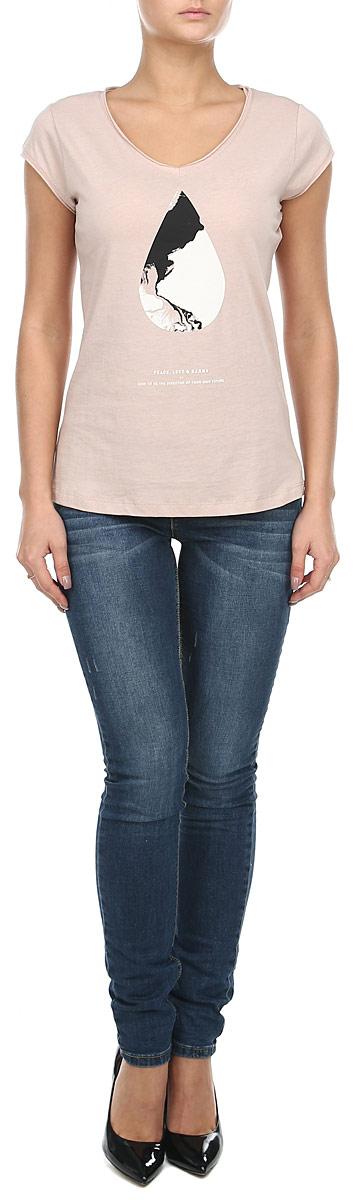 Футболка женская. 1015286710152867_01CСтильная женская футболка Broadway будет прекрасным дополнением к вашему гардеробу. Изготовлена из тонкого плотного трикотажа, очень приятного на ощупь. V-образный вырез горловины и края рукавчиков с необработанным краем. Спереди нанесен абстрактный принт и различные надписи. Эта футболка отлично дополнит ваш образ и позволит выделиться из толпы.