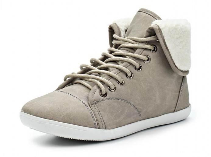 SM2128_51_31Оригинальные женские ботинки от Spur заинтересуют вас своим дизайном с первого взгляда! Модель выполнена из искусственной кожи. Подкладка и стелька, изготовленные из искусственного меха, защитят ноги от холода и обеспечат комфорт. Шнуровка надежно зафиксирует обувь на ноге. Вдоль канта, сбоку и на берцах ботинки оформлены искусственным мехом. Резиновая подошва с рельефным протектором обеспечивает отличное сцепление на любой поверхности. В этих ботинках вашим ногам будет комфортно и уютно.