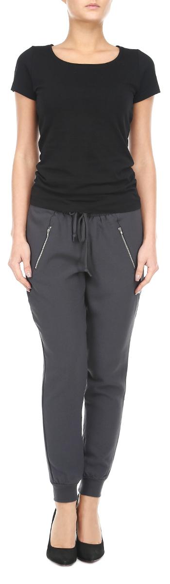 Брюки женские. 6010190960101909 866Удобные женские брюки Broadway, выполненные из мягкого полиэстера с добавлением эластана, отлично подойдут на каждый день. Модель зауженного кроя - настоящее воплощение комфорта, такие брюки не сковывают движений и обеспечивают наибольшее удобство. Пояс брюк выполнен эластичной сборкой и дополнен шнурком. Нижняя часть брюк фиксируется трикотажной эластичной резинкой и декорирована молниями. Спереди брюк расположены врезные карманы на застежке-молнии. Эти комфортные брюки послужат отличным дополнением к вашему гардеробу. Данные брюки как нельзя лучше подойдут для прогулок и активного отдыха.
