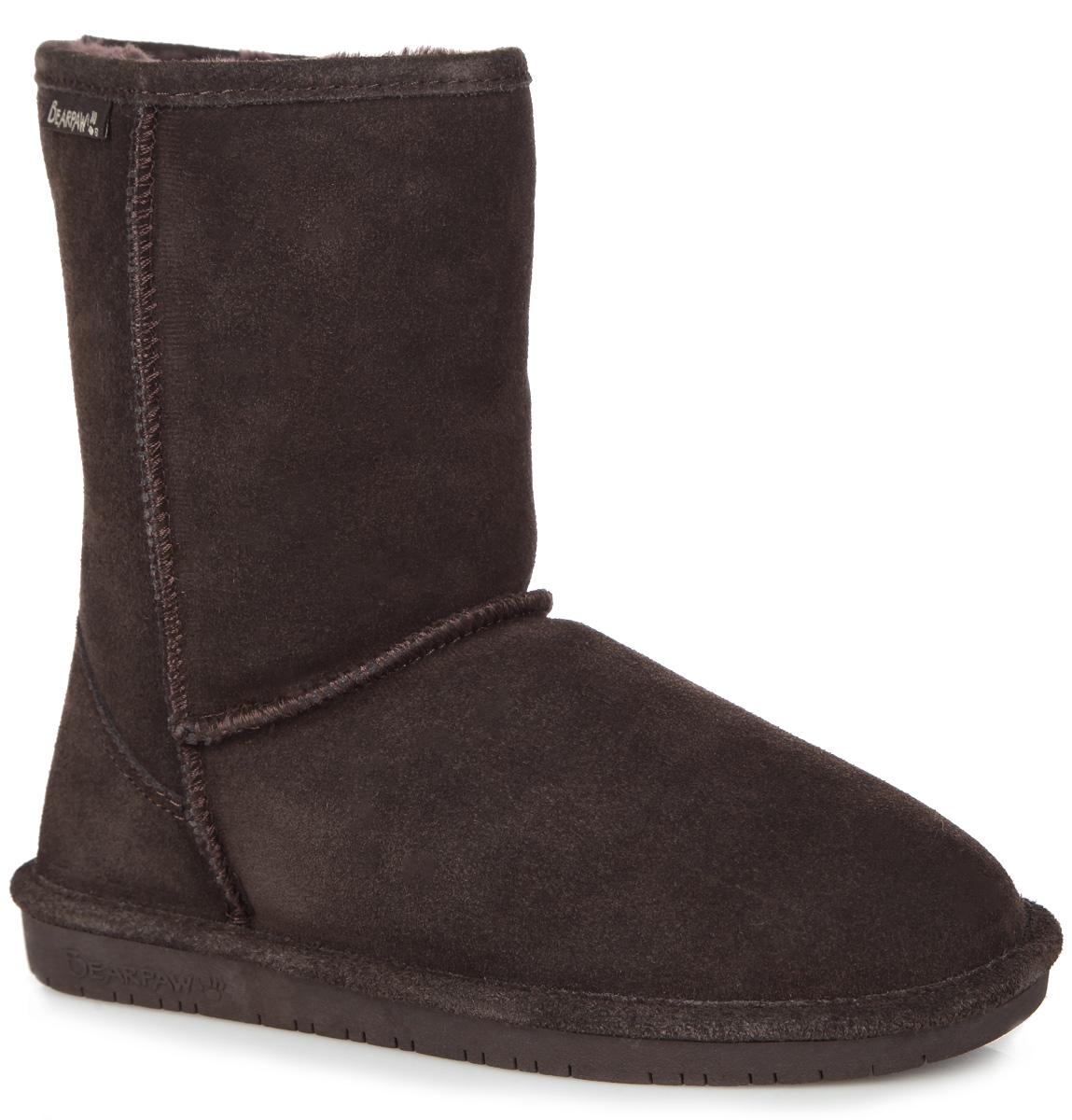 Угги608W-black IIСтильные угги Bearpaw Emma Short заинтересуют вас своим дизайном с первого взгляда! Модель выполнена из натуральной износоустойчивой замши и оформлена крупными декоративными швами, на заднике - текстильной нашивкой с названием и логотипом бренда. Подкладка и стелька, исполненные из теплой овчинной шерсти, защитят ноги от холода и обеспечат комфорт. Ширина голенища компенсирует отсутствие застежек. Подошва из полимера - с противоскользящим рифлением. В таких уггах вашим ногам будет уютно и комфортно! Они прекрасно дополнят ваш повседневный образ.