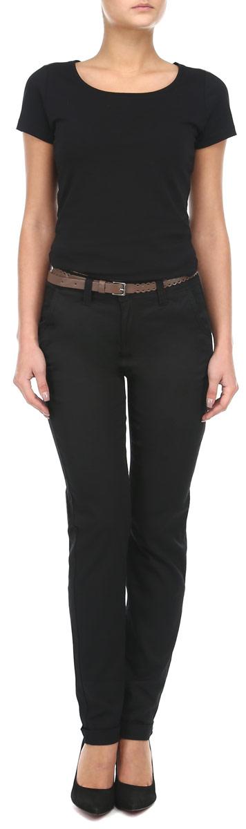 Z-SP-1812 BLACKЖенские брюки Moodo отличный выбор на каждый день. Они прекрасно сидят и подчеркнут все достоинства вашей фигуры. Модель свободного кроя, изготовлена из хлопка с небольшим добавлением эластана, с высокой посадкой, чуть заужены книзу и подкатаны. Спереди модель оформлена двумя втачными карманами и одним небольшим секретным кармашком, а сзади - имитация накладных карманов. Застегиваются брюки на пуговицу в поясе и ширинку на застежке-молнии, предусмотрены шлевки для ремня. В комплекте с ними идет ремешок из полиуретановой кожи. Эффектно будут смотреться в сочетании с блузками, туфлями-лодочками, полуботинками на каблуке или плоской подошве.
