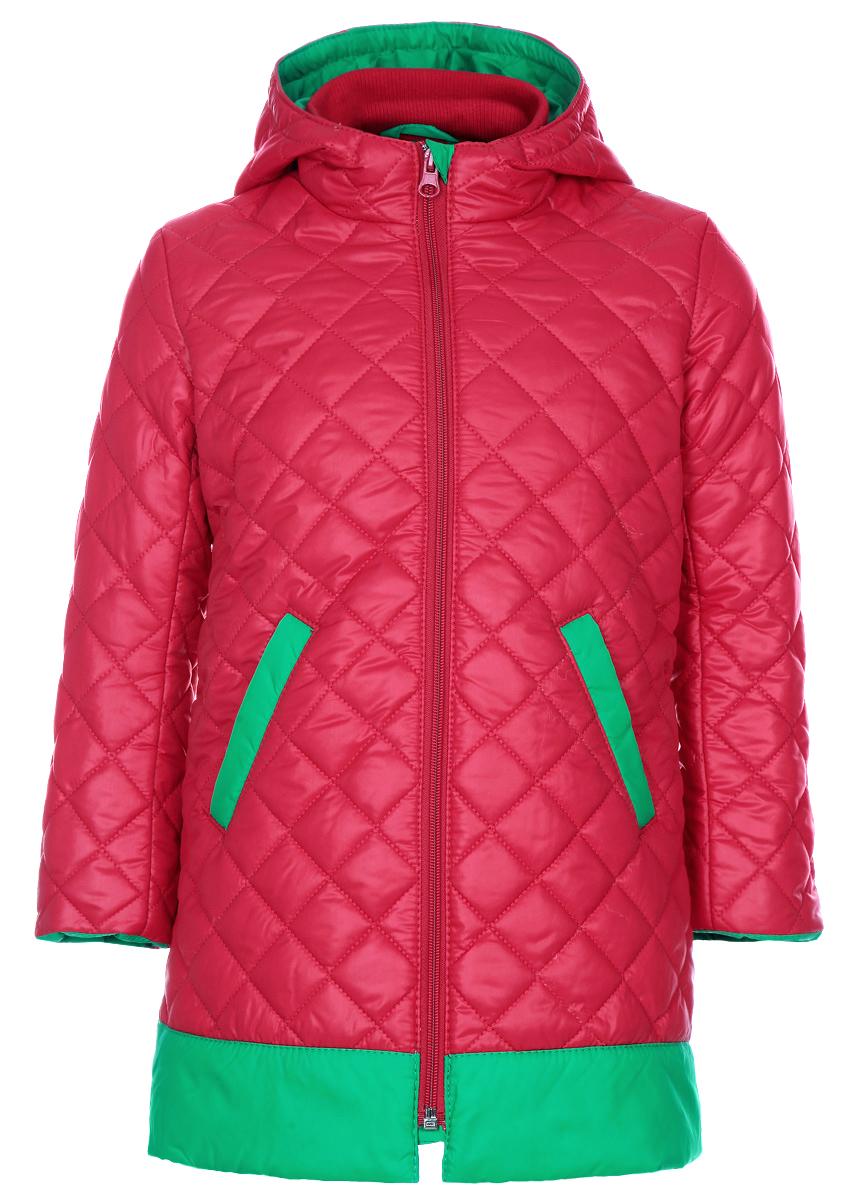 Куртка39-104Утепленная куртка для девочки Ёмаё идеально подойдет для вашей маленькой модницы в прохладное время года. Модель изготовлена из 100% полиэстера на комбинированной подкладке из вискозы и полиэстера. В качестве наполнителя используются синтепон (100% полиэстер). Стеганая куртка с капюшоном и воротником-стойкой застегивается на пластиковую застежку-молнию и дополнительно имеет внутреннюю ветрозащитную планку. Капюшон не отстегивается. Низ рукавов дополнен скрытыми трикотажными манжетами, которые мягко обхватывают запястья. Спереди предусмотрены два прорезных кармана со скошенными краями. Теплая, комфортная и практичная куртка идеально подойдет для прогулок и игр на свежем воздухе!