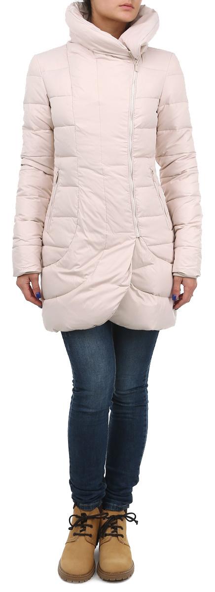 Куртка женская. 1013104610131046 999Стильная удлиненная женская куртка Broadway согреет вас в прохладное время года. Модель имеет наполнитель из натурального пуха и пера, который обеспечивает надежное сохранение тепла. Такая куртка не позволит вам замерзнуть даже в морозные дни. Модель застегивается на застежку-молнию. Куртка дополнена двумя втачными карманами на молниях спереди. Рукава куртки оснащены эластичными манжетами. Воротник-стойка и низ куртки закруглены, что придает элегантности и стиля. Эта яркая и в то же время комфортная куртка подчеркнет ваш изысканный вкус и поможет создать неповторимый образ.