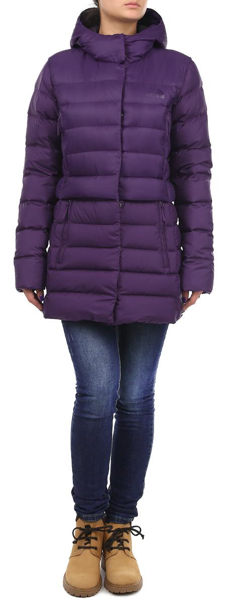 ПуховикT0CSS9BDWВеликолепная удлиненная пуховая куртка The North Face Snowleopard обеспечит вам комфорт в прохладную погоду. Она утеплена высококачественным гусиным пухом 550-й набивки. Внешняя ткань куртки выполнена из нейлона Ripstop Pertex Quantum, который является очень прочным материалом, защищающим от снега и ветра. Капюшон и эластичные стяжки на манжетах обеспечивают дополнительную защиту от холода и ветра. Куртка дополнена четырьмя втачными карманами на молниях спереди, а также одним внутренним карманом на застежке-молнии. Модель застегивается на застежку-молнию и оснащена ветрозащитным клапаном на кнопках. Идеальный вариант для создания комфортного и стильного образа.