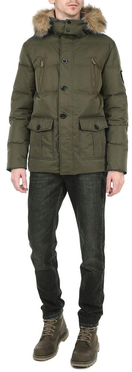 10131037 301Стильная мужская куртка Broadway отлично подойдет для холодной погоды. Модель прямого кроя с длинными рукавами и отстегивающимся капюшоном застегивается на застежку-молнию с ветрозащитным клапаном на пуговицах. Изделие дополнено двумя вместительными накладными карманами, закрывающимися клапанами на пуговицы, двумя врезными карманами на молниях. Предусмотрены внутренние накладные карманы на молниях. Рукава оснащены трикотажными эластичными манжетами, обеспечивая максимальную защиту от ветра и холода. Съемный капюшон декорирован искусственным мехом, который при необходимости можно отстегнуть. Рукав декорирован нашивкой с эмблемой Broadway. Наполнитель из пуха и пера обеспечит вам тепло и комфорт в любую погоду. Идеальный вариант для создания комфортного и стильного образа.