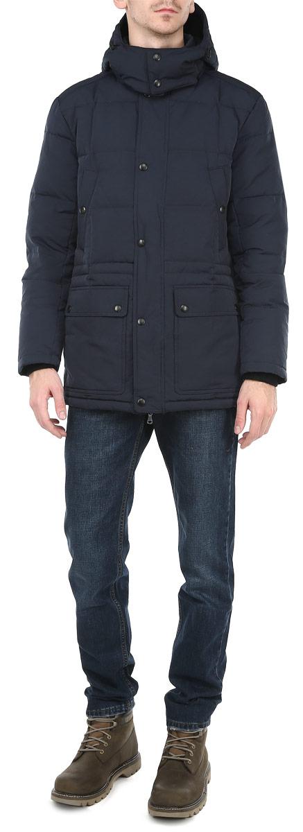 Пуховик мужской. CM3073.38CM3073.38_38Стильный мужской пуховик Conver, выполненный из высококачественного плотного материала, рассчитан на холодную погоду. Он поможет вам почувствовать себя максимально комфортно. Модель с длинными рукавами, съемным капюшоном, воротником-стойкой, застегивается на застежку-молнию и дополнительно ветрозащитной планкой на металлические кнопки. Капюшон и воротник с внутренней флисовой подкладкой. Рукава изделия оформлены эластичными трикотажными манжетами. Предусмотрена регулируемая кулиска на талии с внутренней стороны пуховика. Спереди расположены два вместительных накладных кармана с клапаном на кнопке и четыре прорезных кармана. Внутри - один накладной карман на липучке и два врезных кармана на молнии. Этот удобный пуховик послужит отличным дополнением к вашему гардеробу!
