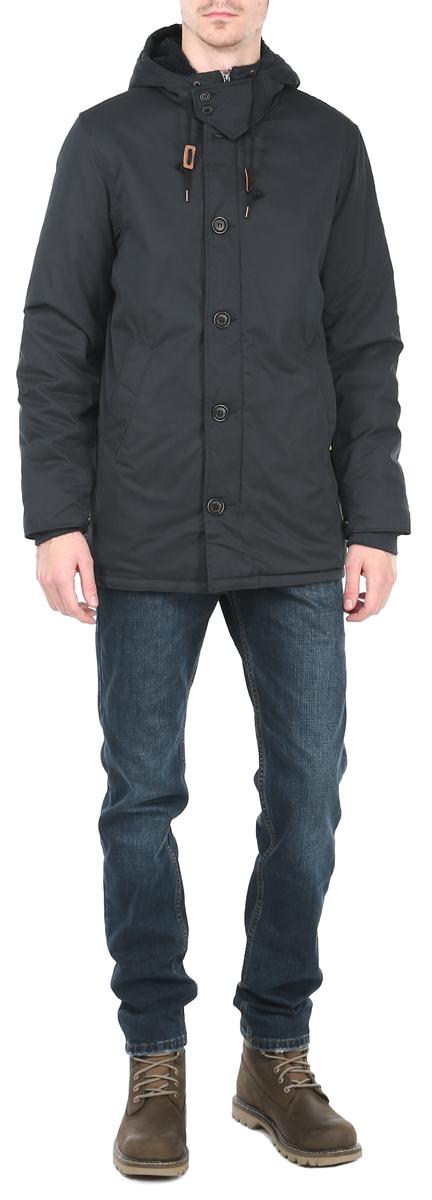 Куртка10153081_502Утепленная мужская куртка Broadway отлично подойдет для прохладной погоды. Модель выполнена из приятного текстиля и утеплена мягким синтепоном. Свободный удлиненный покрой не сковывает движений. Центральная застежка- молния дублируется ветрозащитным клапаном на пуговицах. Куртка оснащена не отстегивающимся капюшоном на кулиске и дополнена нашивками с логотипом бренда. Манжеты рукавов оформлены эластичной широкой резинкой и хлястиками на кнопках, что препятствует проникновению холодного воздуха. По бокам изделия расположены 2 глубоких втачных кармана без застежки, с внутренней стороны - кармашек на кнопке. Куртка Broadway послужит отличным дополнением к вашему гардеробу.