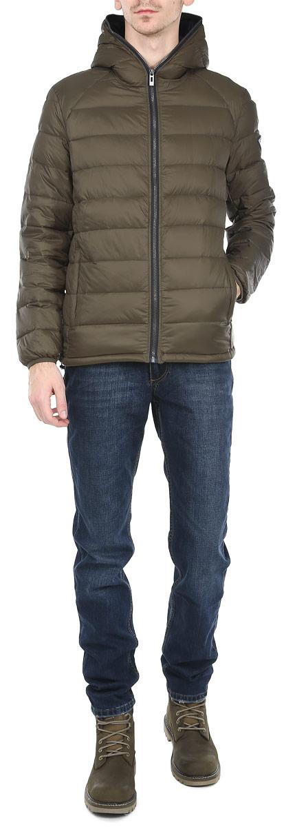 Куртка мужская. CM3300.47CM3300.47_47Стильная мужская куртка с капюшоном Conver отлично подойдет для холодной погоды. Модель выполнена из высококачественного материала и застегивается на застежку-молнию, обрамляя капюшон. Рукав оформлен эмблемой логотипа бренда. Спереди куртка дополнена двумя втачными карманами, закрывающимися на застежки-молнии. Предусмотрены внутренние накладные карманы. Наполнитель из пуха и перьев обеспечит вам тепло и комфорт в любую погоду. Манжеты рукавов оснащены широкими эластичными резинками, а низ куртки регулируемой кулиской, обеспечивая дополнительную защиту от ветра. Эта модная и в то же время комфортная куртка - отличный вариант для уверенного в себе мужчины!