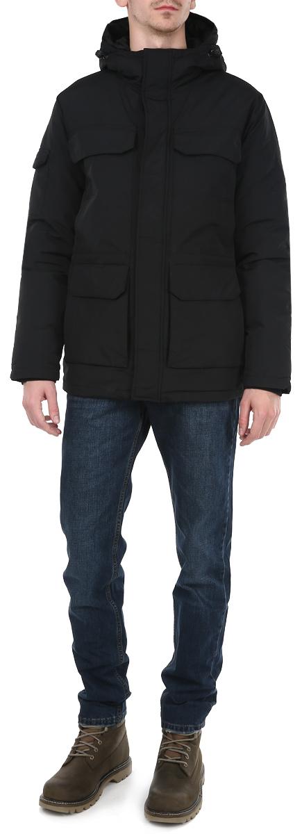 КурткаCd-226/273-5464DПрактичная мужская куртка Sela - прекрасный вариант для повседневного использования, который обеспечит вам комфорт в прохладную погоду. Модель прямого кроя, оснащена не съемным регулируемым капюшоном. Наполнитель из пуха и пера обеспечивает легкость и оптимальное сохранение тепла. Куртка застегивается на застежку-молнию с ветрозащитным клапаном на кнопках. Трикотажные манжеты вместе с имеющейся по низу изделия стяжкой со стопперами обеспечит хорошую защиту от ветра и холода. На талии внутри куртки расположена регулируемая кулиска. Спереди четыре вместительных накладных кармана с клапаном на кнопке, один на рукаве. Дополнительные места хранения в виде четырех врезных карманов на молнии. Предусмотрен внутренний карман на кнопке. Модель станет отличным дополнением к вашему гардеробу. В ней вы будете всегда чувствовать себя комфортно, стильно и уютно.