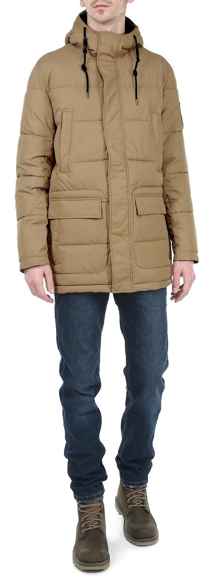 КурткаTM3006.03_03Стильная мужская куртка Tom Farr отлично подойдет для холодной погоды. Модель прямого кроя с длинными рукавами и капюшоном застегивается на застежку-молнию и оснащена ветрозащитным клапаном на кнопках. Объем капюшона регулируется при помощи шнурка-кулиски. Изделие дополнено двумя накладными карманами, закрывающимися на клапаны с кнопками, и двумя прорезными карманами на молниях спереди, а также внутренним накладным карманом, закрывающимся на хлястик с кнопкой, внутренним втачным карманом на молнии и внутренним открытым накладным карманом. Наполнитель из синтепона обеспечит надежное сохранение тепла. Эта модная и в то же время комфортная куртка согреет вас в любые морозы и отлично подойдет как для прогулок, так и для занятия спортом.