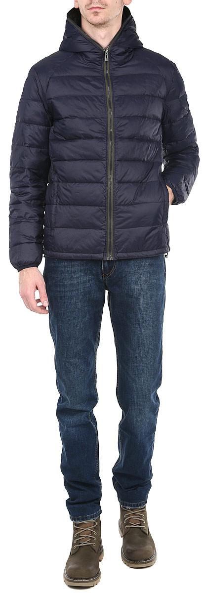 Пуховик мужской. CM3300.37CM3300.37_37Стильный мужской пуховик с капюшоном Conver отлично подойдет для холодной погоды. Модель выполнена из высококачественного материала и застегивается на застежку-молнию, обрамляя капюшон. Рукав оформлен эмблемой логотипа бренда. Спереди куртка дополнена двумя врезными карманами, закрывающимися на застежки-молнии. Предусмотрены два внутренних накладных кармана. Наполнитель из пуха и перьев обеспечит вам тепло и комфорт в любую погоду. Манжеты рукавов оснащены эластичными резинками, а низ регулируется кулиской, обеспечивая дополнительную защиту от ветра. Эта модная и в то же время комфортная модель - отличный вариант для уверенного в себе мужчины!