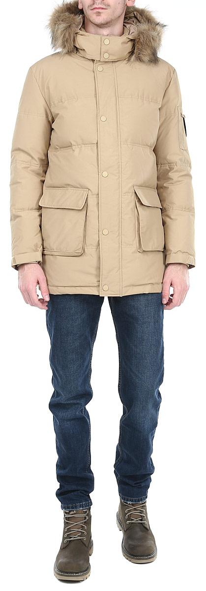 10131038 149Стильная мужская куртка Broadway отлично подойдет для холодной погоды. Модель прямого кроя с длинными рукавами и капюшоном застегивается на застежку-молнию с ветрозащитным клапаном на кнопках. Съемный капюшон декорирован искусственным мехом, который при необходимости можно отстегнуть. Изделие дополнено двумя вместительными накладными карманами с односторонней флисовой подкладкой, закрывающимися клапанами на кнопку и накладным карманом на рукаве на молнии. Предусмотрены внутренние карманы на молниях: два накладных и врезной. Рукава оснащены трикотажными эластичными манжетами и хлястиком на липучке, обеспечивая максимальную защиту от ветра и холода. Внутри на поясе расположена затягивающаяся кулиска. Рукав декорирован съемной эмблемой на липучке с логотипом Broadway. Наполнитель куртки из пуха и пера обеспечит вам тепло и комфорт в любую погоду. Данная модель - идеальный вариант для создания комфортного и стильного образа.