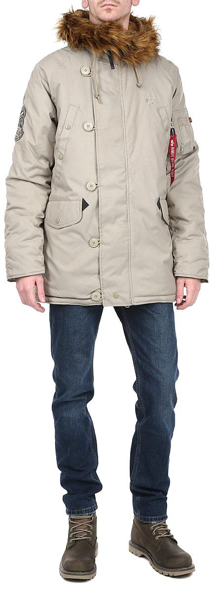 193128Мужская куртка Alpha Industries - будет вам верным проводником в холодные морозные дни и независимо от места вашего пребывания, всегда притянет к себе взгляды. Куртка пошита из особого соединения нейлона с полиэстером, который обладает ветрозащитными и водоотталкивающими свойствами. Модель прямого покроя, с удобным, просторным капюшоном, который внутри так же отделан мягким искусственным мехом. Меховая опушка по краю капюшона легко отстёгивается. Проходящая по центру куртки молния дополнительно прикрыта ветрозащитным клапаном на пуговицах, кожаный поводок на замке молнии для удобного захвата в перчатках. Два боковых накладных кармана с усилениями из кожи. Помимо них имеется пара прорезных карманов в нагрудной области, один нарукавный на кнопках и один потайной карман с левой внутренней стороны куртки. Рукава оснащены эластичными манжетами, которые изолируют рукав от попадания снега и влаги, и отлично согревают руку. На локтях расположены заплатки из ткани. Талия регулируется...