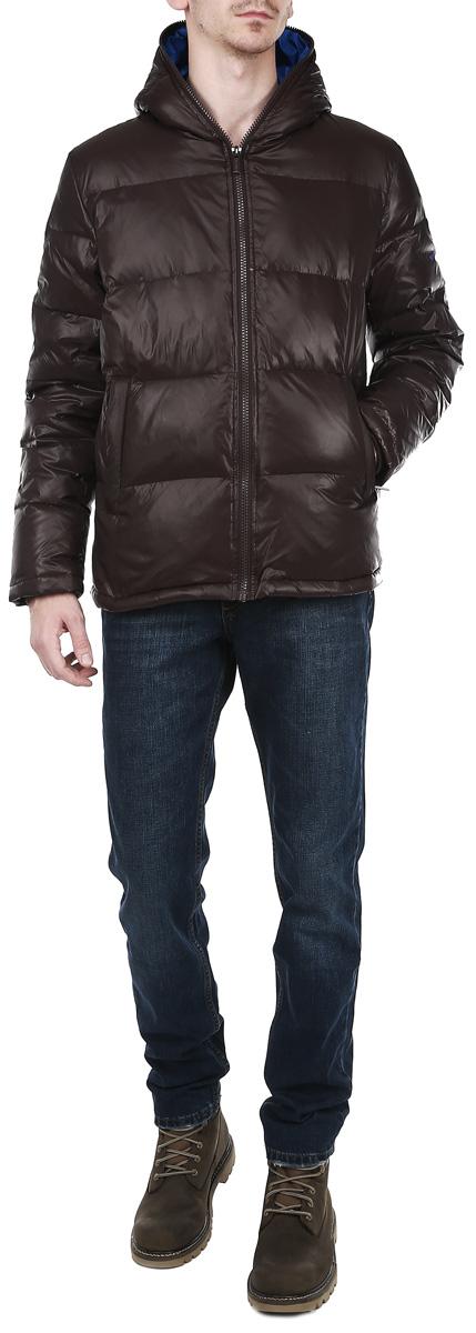 Пуховик мужской. 1013100610131006 79I-brown/520Стильный мужской пуховик Broadway отлично подойдет для холодной погоды. Модель выполнена из высококачественного материала и застегивается на застежку-молнию, обрамляя капюшон. Рукав оформлен логотипом бренда. Изделие дополнено двумя втачными карманами спереди, закрывающимися на застежки-молнии, и одним потайным карманом на застежке- молнии с внутренней стороны. Наполнитель из пуха и перьев обеспечит вам тепло и комфорт в любую погоду. Манжеты рукавов оснащены широкими эластичными резинками. Эта модная и в то же время комфортная куртка - отличный вариант для веренного в себе мужчины!