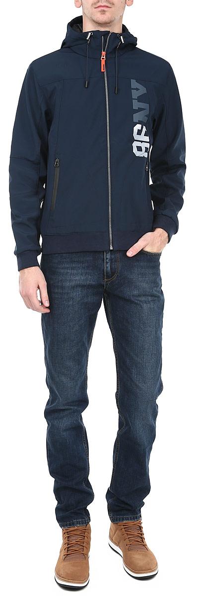 Куртка мужская. 1015138110151381 599-navy orig.Стильная мужская куртка Broadway - прекрасный вариант для повседневного использования, который обеспечит вам комфорт в прохладную погоду. Ее дизайн разработан специально для энергичных спортивных мужчин. Модель свободного кроя, изготовлена из высококачественных материалов и застегивается на застёжку-молнию по всей длине изделия. Лицевая сторона куртки гладкая, внутренняя - флисовая. Регулируемый капюшон с подкладкой, эластичная резинка понизу и на манжетах, обеспечивают дополнительную защиту от ветра и холода. Спереди расположены врезные карманы на молнии. Декорирована куртка надписью 86 NV. Эта куртка послужит отличным дополнением к вашему гардеробу.