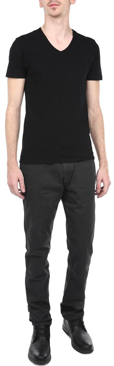 SSP2025SZСтильные мужские брюки Top Secret станут отличным дополнением к вашему гардеробу. Они отлично сочетаются с разными рубашками и футболками, создавая образ, как на каждый день, так и для отдыха. Модель прямого кроя и средней посадки изготовлена из высококачественного хлопка, благодаря чему великолепно пропускает воздух и обладает высокой гигроскопичностью. Застегиваются брюки на молнию и пуговицу, имеются шлевки для ремня. Брюки имеют классический пятикарманный крой: спереди модель оформлены двумя втачными карманами и одним маленьким прорезным кармашком, а сзади - двумя накладными карманами. Эти модные и в тоже время удобные брюки помогут вам создать оригинальный современный образ. В них вы всегда будете чувствовать себя уверенно и комфортно.