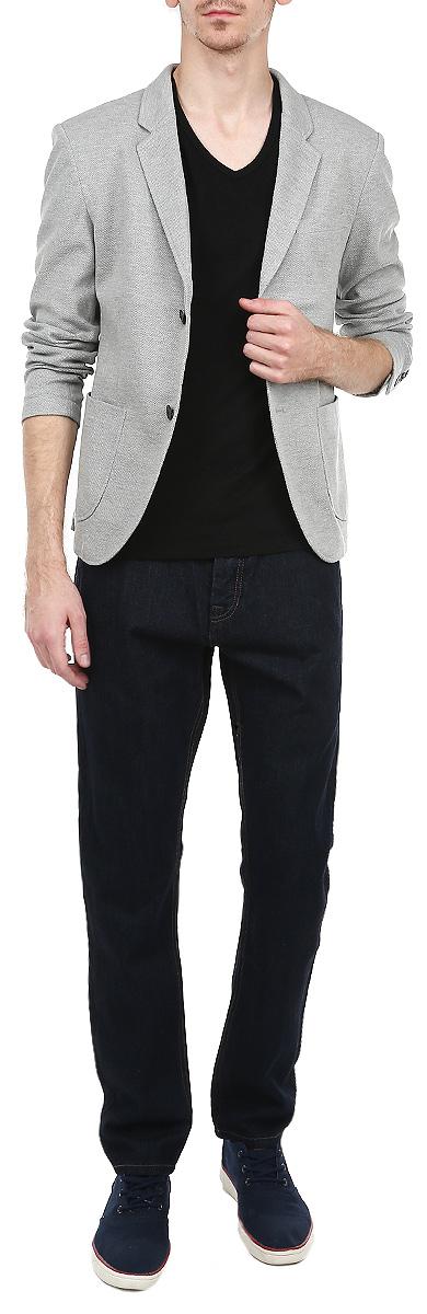 Пиджак мужской. 3922203.00.123922203.00.12Стильный мужской пиджак Tom Tailor Denim, изготовленный из мягкого хлопкового материала, поможет вам создать оригинальный образ и подчеркнуть свой вкус. Модель прямого кроя с длинными рукавами и воротником с лацканами застегивается спереди на две пуговицы. Манжеты рукавов также застегиваются на пуговицы. Пиджак дополнен нагрудным кармашком и двумя накладными карманами по бокам. Этот элегантный пиджак станет отличным дополнением к вашему гардеробу.