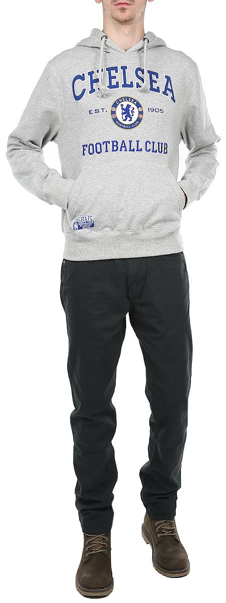 08420Стильная и уютная мужская толстовка Chelsea, изготовленная из хлопка с добавлением полиэстера, мягкая и приятная на ощупь, обладает хорошей гигроскопичностью и позволяет коже дышать. Модель с капюшоном и длинными рукавами не сковывает движений и обеспечивает наибольший комфорт. Толстовка дополнена одним накладным карманом-кенгуру спереди. Манжеты рукавов и низ толстовки оснащены эластичными резинками. Объем капюшона регулируется при помощи шнурка-кулиски. Толстовка оформлена крупной нашивкой в виде названия и логотипа футбольного клуба Chelsea. Толстовка является официальной лицензированной продукцией футбольного клуба Chelsea. Эта толстовка - настоящее воплощение комфорта, он послужит отличным дополнением к вашему гардеробу. В ней вы будете чувствовать себя уютно и уверенно.